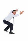 Geschäftsmann, der mit den Armen oben verbiegt Stockfotografie