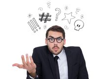 Geschäftsmann, der mit den Grafiken obenliegend steht Lizenzfreie Stockbilder