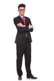 Geschäftsmann, der mit den Händen gefaltet steht Stockbild