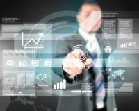 Geschäftsmann, der mit digitalem virtuellem Schirm arbeitet Lizenzfreies Stockfoto