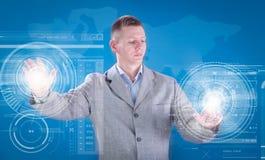 Geschäftsmann, der mit digitalem virtuellem Schirm, Geschäft concep arbeitet Stockbild