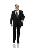 Geschäftsmann, der mit einem Aktenkoffer geht Lizenzfreie Stockfotos