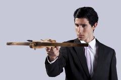 Geschäftsmann, der mit einem Crossbow zielt Lizenzfreie Stockfotografie