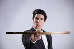 Geschäftsmann, der mit einem Crossbow zielt Stockbilder