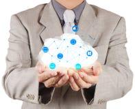 Geschäftsmann, der mit einem Datenverarbeitungsdiagramm der Wolke arbeitet Stockfotos