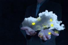 Geschäftsmann, der mit einem Datenverarbeitungsdiagramm der Wolke arbeitet Stockfotografie