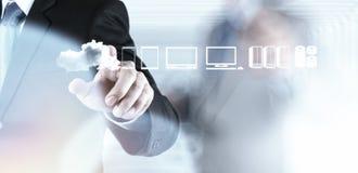 Geschäftsmann, der mit einem Datenverarbeitungsdiagramm der Wolke arbeitet Stockfoto