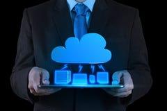 Geschäftsmann, der mit einem Datenverarbeitungsdiagramm der Wolke auf der neuen Co arbeitet Stockbild