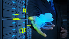 Geschäftsmann, der mit einem Datenverarbeitungsdiagramm der Wolke auf der neuen Co arbeitet Stockfotos