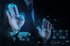 Geschäftsmann, der mit einem Datenverarbeitungsdiagramm der Wolke auf der neuen Co arbeitet Lizenzfreie Stockbilder
