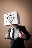 Geschäftsmann, der mit einer Pappschachtel auf seinem Kopf mit ligh gestikuliert Stockbilder