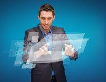 Geschäftsmann, der mit eingebildetem virtuellem Schirm arbeitet Lizenzfreie Stockbilder