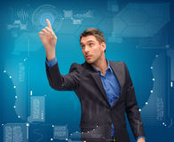 Geschäftsmann, der mit eingebildetem virtuellem Schirm arbeitet Lizenzfreies Stockbild