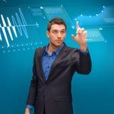 Geschäftsmann, der mit eingebildetem virtuellem Schirm arbeitet Stockfoto