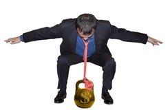 Geschäftsmann, der mit Gold balanciert lizenzfreies stockbild