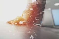Geschäftsmann, der mit Handy und digitale Tablette und Schoss arbeitet Stockfoto