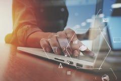 Geschäftsmann, der mit Handy und digitale Tablette und Schoss arbeitet Lizenzfreie Stockfotos