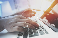 Geschäftsmann, der mit Handy und digitale Tablette und Schoss arbeitet Lizenzfreie Stockbilder