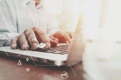Geschäftsmann, der mit Handy und digitale Tablette und Schoss arbeitet Lizenzfreies Stockfoto
