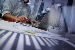 Geschäftsmann, der mit Handy und digitale Tablette und Schoss arbeitet Stockbilder
