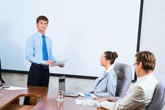 Geschäftsmann, der mit Kollegen spricht Stockfotos