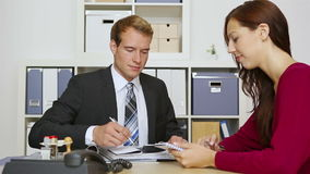 Geschäftsmann, der mit Kunden in der Sitzung spricht stock video footage