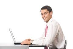 Geschäftsmann, der mit Laptop arbeitet lizenzfreie stockbilder