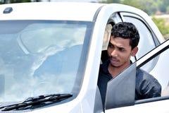 Geschäftsmann, der mit Laptop arbeitet und im Auto sitzt stockbild