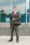 Geschäftsmann, der mit Laptop-Beutel über Schulter steht Lizenzfreie Stockfotografie