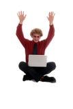 Geschäftsmann, der mit Laptop sitzt Lizenzfreies Stockfoto
