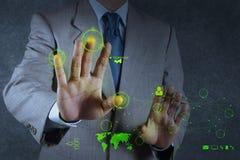 Geschäftsmann, der mit neuem modernem Computerschausozialem netz arbeitet Stockfotos