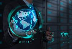 Geschäftsmann, der mit neuem modernem Computerschausozialem netz arbeitet Stockfoto