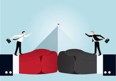 Geschäftsmann, der mit Pyramidendiagramm auf Hintergrund kämpft Lizenzfreie Stockbilder