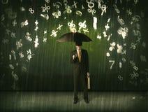 Geschäftsmann, der mit Regenschirm stehen und Zahlen 3d, die concep regnen Stockfoto