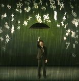 Geschäftsmann, der mit Regenschirm stehen und Zahlen 3d, die concep regnen Stockbild