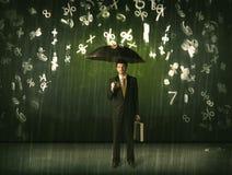Geschäftsmann, der mit Regenschirm stehen und Zahlen 3d, die concep regnen Lizenzfreie Stockfotos