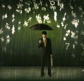 Geschäftsmann, der mit Regenschirm stehen und Zahlen 3d, die concep regnen Stockfotografie