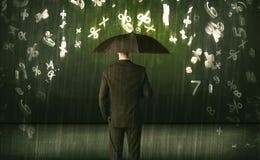Geschäftsmann, der mit Regenschirm stehen und Zahlen 3d, die concep regnen Lizenzfreie Stockbilder