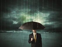 Geschäftsmann, der mit Regenschirmdatenschutzkonzept steht Stockbilder