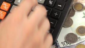 Geschäftsmann, der mit Taschenrechner im Büro arbeitet stock video footage