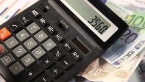 Geschäftsmann, der mit Taschenrechner im Büro arbeitet stock footage