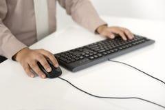 Geschäftsmann, der mit Tastatur schreibt Stockfotografie