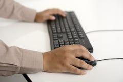 Geschäftsmann, der mit Tastatur schreibt Lizenzfreie Stockfotografie