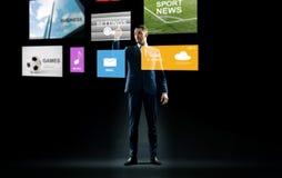 Geschäftsmann, der mit virtuellen Anwendungen arbeitet lizenzfreies stockbild