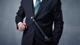 Geschäftsmann, der mit Werkzeug auf seiner Hand steht Stockfotos