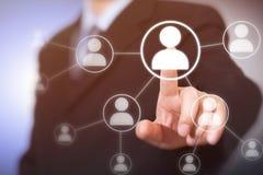 Geschäftsmann, der moderne Sozialknöpfe auf einem virtuellen Hintergrund bedrängt stockbilder