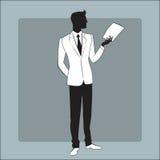Geschäftsmann in der modernen Kleidung liest den Bericht Stockfoto