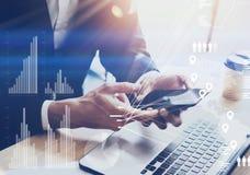 Geschäftsmann, der modernen Smartphone auf Händen hält Konzept des digitalen Diagramms, Diagramm schließt, virtueller Schirm, Ver lizenzfreie stockbilder