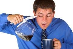 Geschäftsmann, der nach coffe sucht Lizenzfreies Stockbild