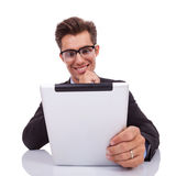 Geschäftsmann, der nachdenklichen Messwert auf seiner Tablette schaut Stockbilder